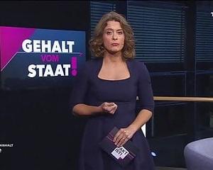 Blonde Berliner Schlampe fickt auf dem Sofa ihren Lover